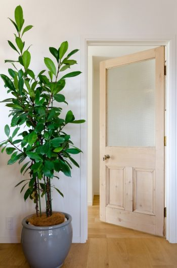 リビングのドアはアンティークにしたいという鈴木さんの希望があった。このドアは武蔵小山のショップで見つけて購入