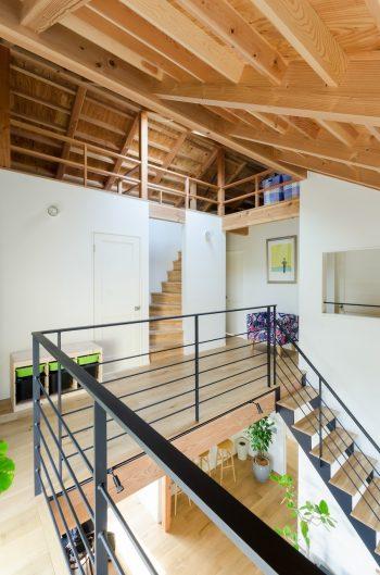 """ロフトには固定階段で上る。右手に行くと""""大人の隠れ家""""的な鈴木さんのスペースがある。"""