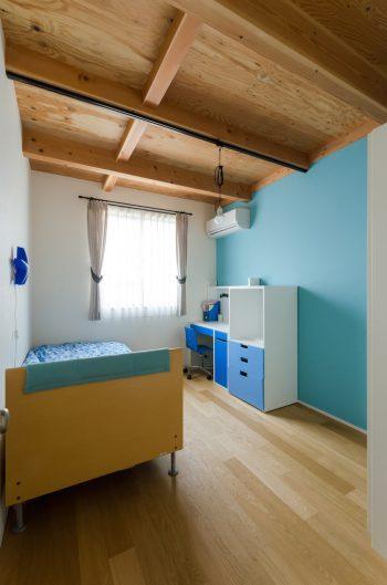 子ども部屋はそれぞれ一面に色のついたクロスが貼られている。色は子どもたちが自分でカタログから選んだもの。