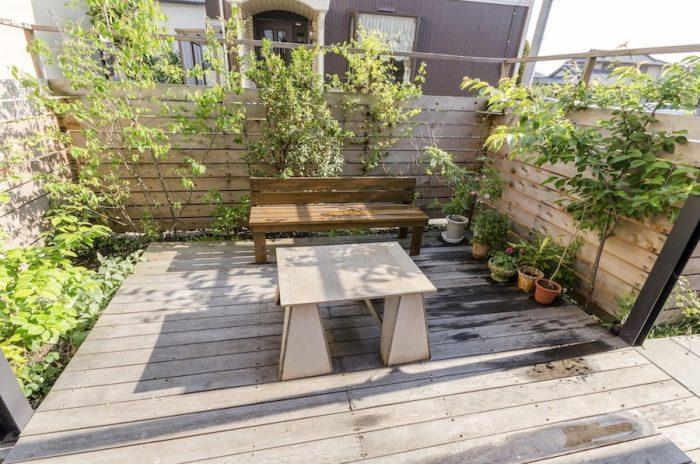 庭はスペース的に無理だろうとあきらめていたが、小嶋さんの提案でつくることに。鈴木夫妻は2人ともお気に入りの場所としてこの庭を挙げた。「お風呂からあがって庭でビールを飲みながら一服している時間がいちばんですね」(鈴木さん)。