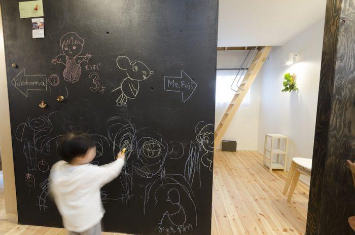 マグネット塗料と黒板塗料を重ねた壁は、真史さんと沙織さんが構造合板に直接ペイント。佑真くんも大のお気に入り。
