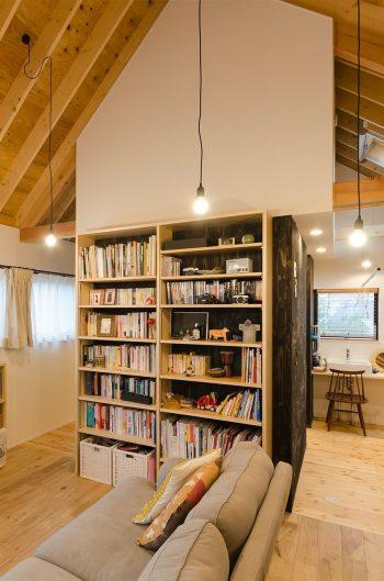 家族構成が変われば、本棚の後ろのスペースに臨機応変に部屋を増やすことができる。三角屋根の白の壁の内側はロフトになっている。