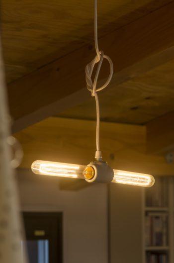「エジソンバルブを使ったダブルソケットランプは、青山の『オルネ  ド  フォイユ』のオリジナルです」