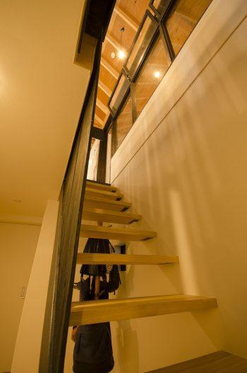 1階から2階へ。音楽室の黒い木製サッシの窓枠が見えてくる。