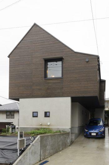 見晴らしのいい横浜市内の傾斜地に建つ。外構の植栽はこれからのお楽しみ。