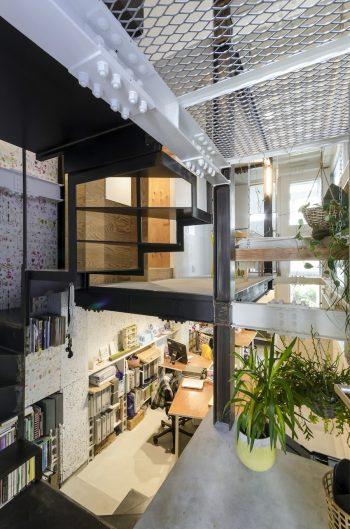 玄関を入った部分から、地下のシェアオフィスのスペースと1階のミーティングスペースを見る。
