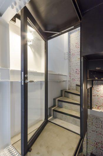 家族だけのスペースとシェアスペースの間に扉があり鍵が掛けられる。壁紙は地下から3階まで同じものが貼られている