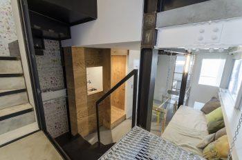 ミーティングスペースの前にはトイレや給湯スペースなどがある。