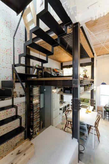 階段から2階とロフト部分を見る。