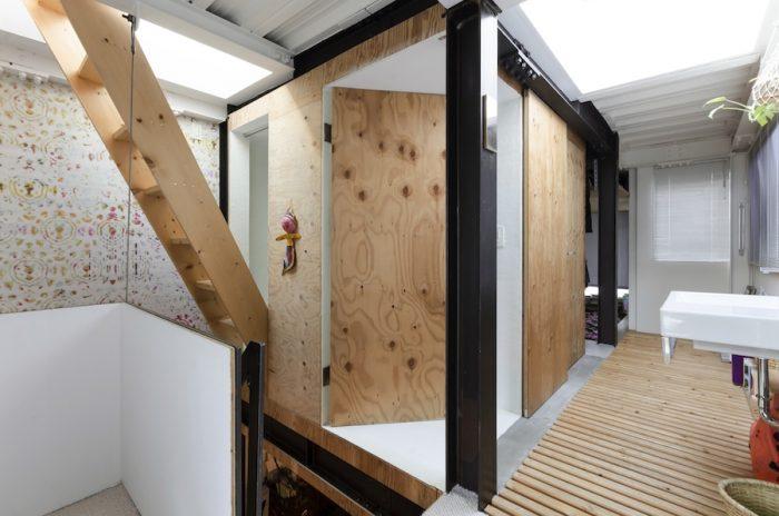 3階の鉄骨フレームの内側は水回りで木の素材感をそのまま生かしている。屋上へは浴室から階段で上る。