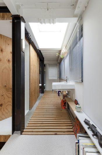 朝日の下で顔を洗いたいということから洗面をこの位置につくった。突き当たりの左側に寝室がある。