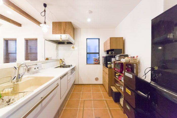 広々としたキッチンはテラコッタ調の床がポイント。奥のキッチンボードは『ウニコ』で購入。まもなく同じシリーズのディスプレイ棚が加わる予定。