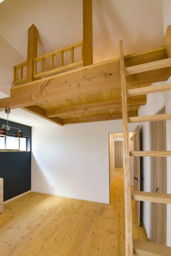 2階の寝室に施したロフト。屋根の傾斜が秘密基地の雰囲気を盛り上げ、結南ちゃんの恰好の遊び場に。
