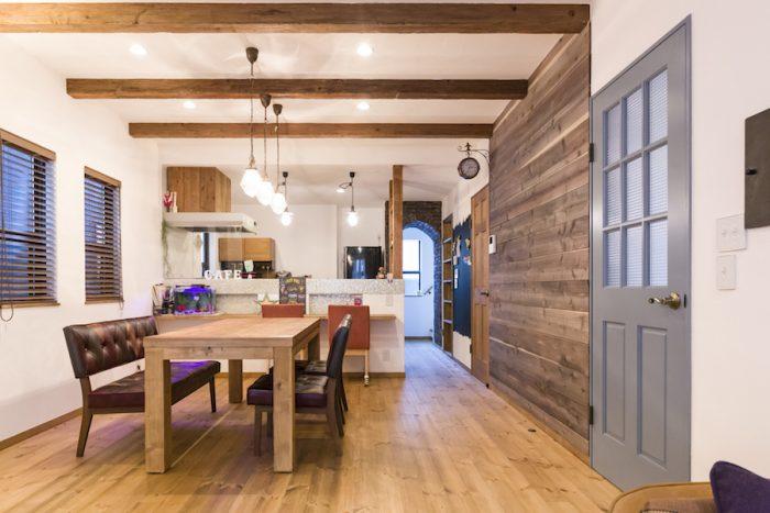 右側の杉板の壁は、特殊な液体を塗ることで年月が加わったように見え、ヴィンテージ家具ともマッチする。