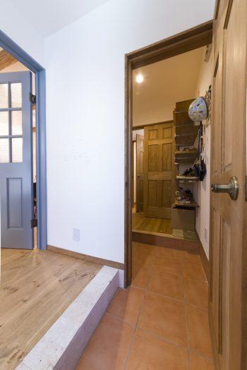 玄関の框はコーラスストーン(珊瑚の化石)を使用。奥は収納たっぷりのシューズクローゼット。