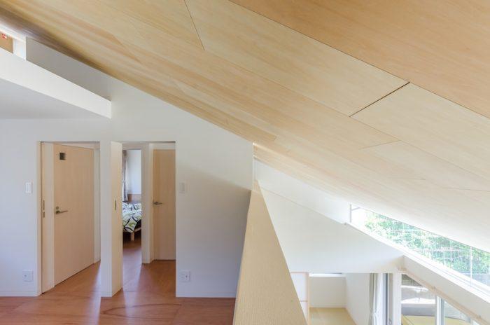 """天井は動きを出すために""""乱張り""""を採用。"""