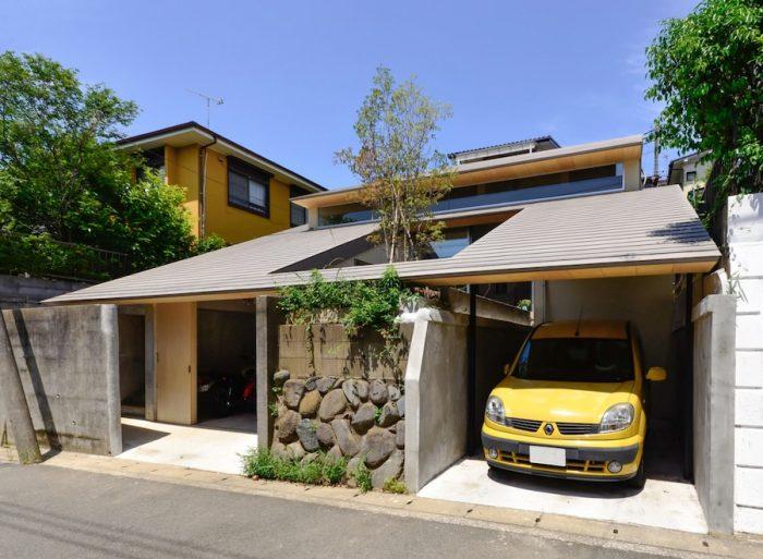 家の前後にある擁壁と車のガレージは既存のものを使用。リビング前の庭も既存の地盤を使ってつくられたもの。