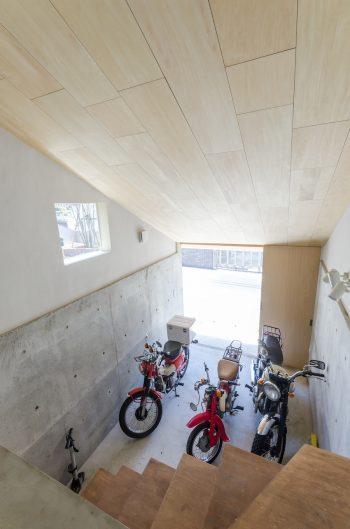 リビングからバイクガレージに下りるためにつくられた「階段みたいな形の家具」。
