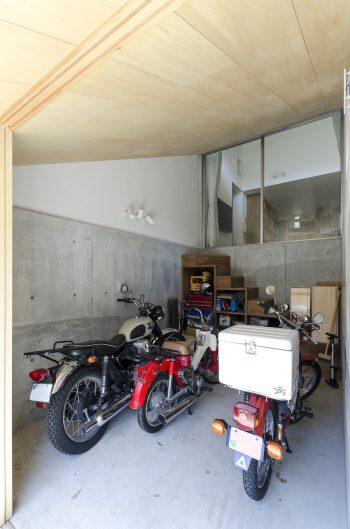 1階のバイクガレージ。右から、ホンダのハンターカブ、カブのC65をベースにしたカスタムバイク、カワサキのW400。