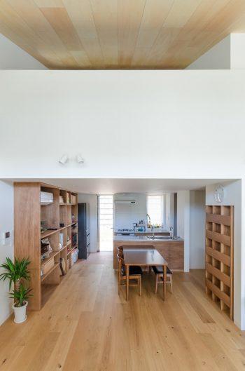 リビングからキッチンを見る。建具や天井にはシナ合板が使われている。