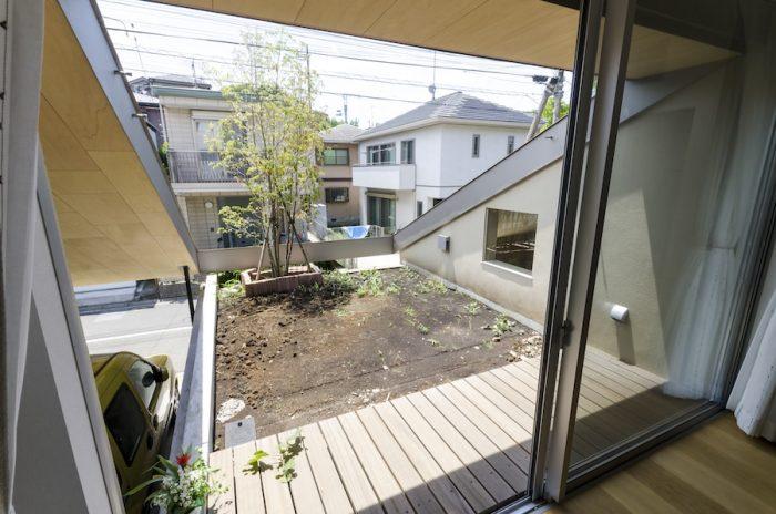 「レモンかミカンのような実のなる木を植えたい」という前庭。屋根が左右にかかっているため正面の2階レベル以外からの視線は遮られている。この窓を開けると、裏へと抜けていく涼風が心地良い。