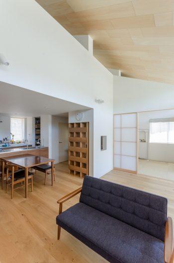 「このソファでボーっと天井を眺めているのが好きです」(奥さん)。