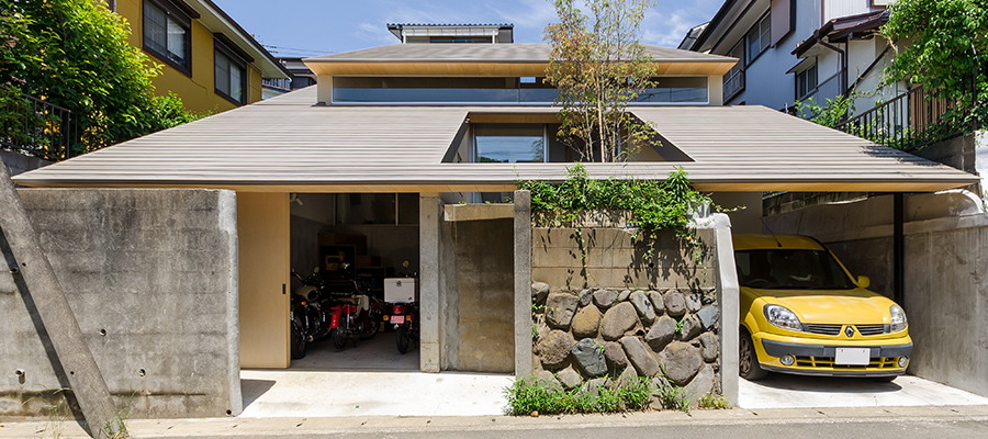 バイクガレージのある家条件の厳しいひな壇地で快適住宅をつくる