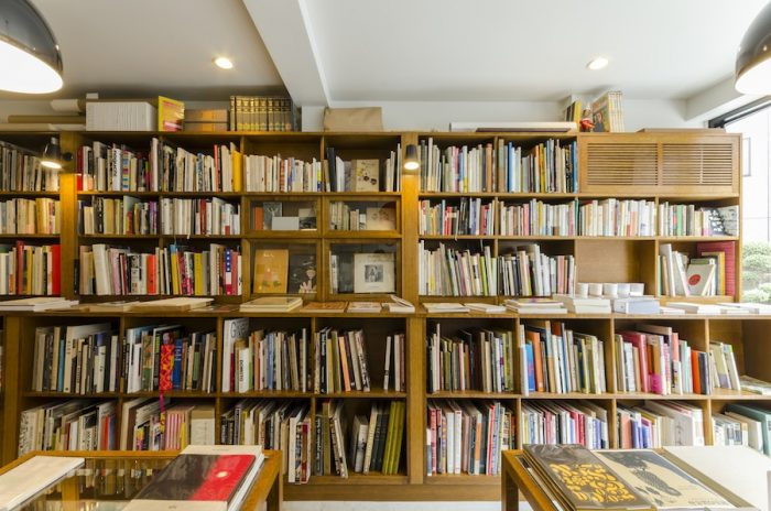 棚の高さをバラバラにしているのは本のサイズに合わせて収納するため。国内の本が約6割、国外の本約4割で構成されている。