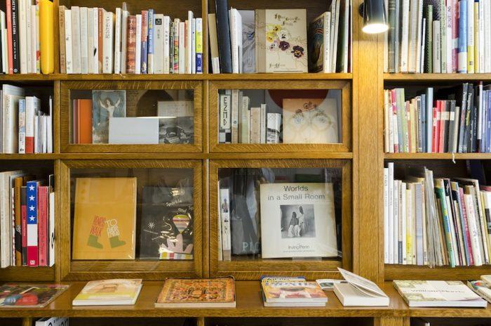 本棚の中央に組み込んだガラスのショーケースには貴重な初版本などが並んでいる。