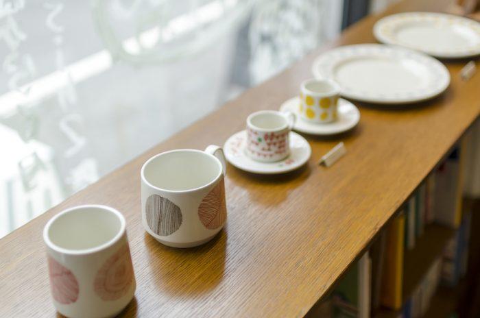 南スイスを拠点に活動するグラフィックデザイナー、アオイ・フーバーとDRILL DESIGNの波佐見焼のテーブルウェアシリーズ「sabato」。