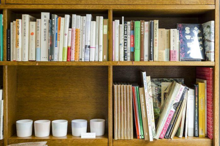 左下に並べられたパステルカラーのカップは陶芸作家ユニットSatoko Sai +Tomoko Kuraharaによるもの。