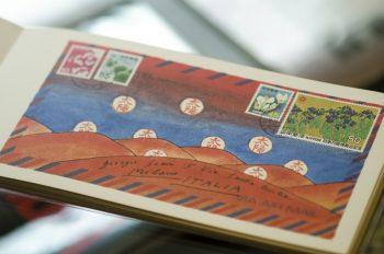 ミラノ、ニューヨークなどさまざまな旅先から届いた手紙にはお国柄がよく出ていて眺めているだけで楽しい。日本から送ったポストカードも。