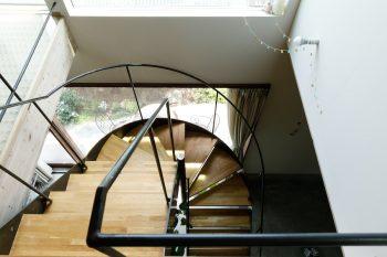 鉄と木を組み合わせた軽やかな階段。S字フックを使って、手すりにプランターなどを吊るすこともできる。