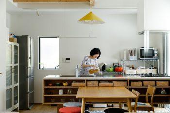ダイニングテーブル側にオープンな収納棚を造作。「カトラリーなどをしまっておけて、食卓にすぐ出せるので便利」と奥さま。