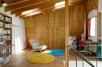 将来的に壁をつくって区切ることもできる予備室。床の一部に施工したFRP製のハニカムコアは、天窓からの光を1階の土間まで導く役割を果たす。