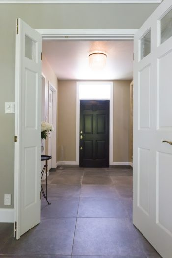 広々とした玄関に足を踏み入れると別世界。1階の床は玄関からLDKまで全面床暖房で、冬でも暖かい。照明はどこか懐かしさを感じさせるレストレーション ハードウエア。