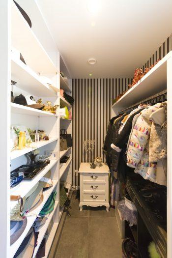 玄関脇にバッグ、アクセサリー、コートなどを収められるウォークインクローゼットと、シューズクローゼットを設けた。外出時も帰宅時にも重宝。