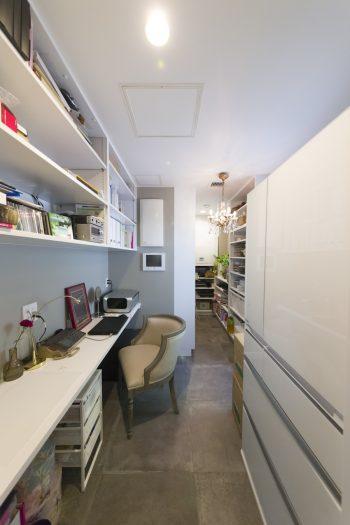 キッチン脇にあるパントリー&ワークスペース。作業場っぽくならないよう、床はLDKと統一し、シャンデリアも取り付けた。