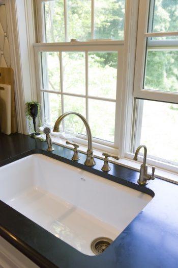景色を眺めながら洗い物ができるよう、シンクは窓側に。KOHLERの水栓は、シャワー、浄水器なども設置。