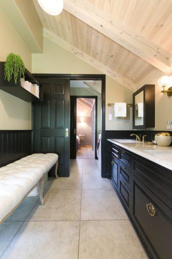 ホテルのような非日常的な空間を実現した洗面所。バスルームからベッドルームまで一直線につながる。