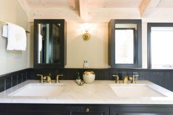 黒をベースに大理石の天板、ゴールドの水栓を合わせてゴージャスに。