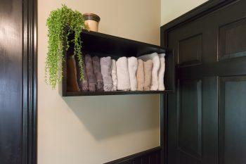 1枚1枚タオルを取り出せるよう棚を設置。ホテルライクな設え。