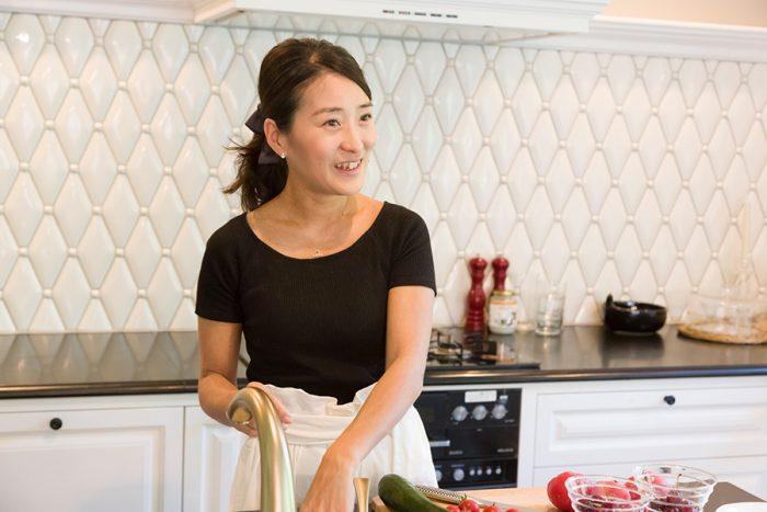 クッキング&リボンワーク教室「Grege」http://ameblo.jp/grege-salonを開く柚木恵子さん。普段の食事をおもてなし風にアレンジする料理と、プロも養成するリボンワークを、自然の中のサロンで学べるとあって人気。