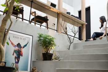 階段最上部は夫婦ともに好きな場所。よく座ることがあるという。