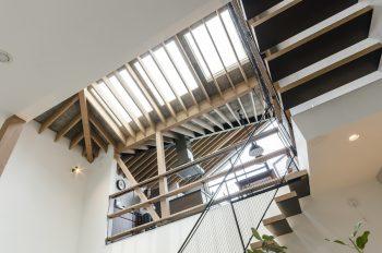 階段の真上の開口から階段へとふんだんに光が落ちてくる。