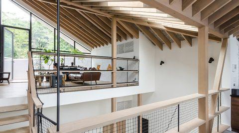 家族の顔がすぐ見える家緑豊かな環境で、開放的かつ戸外の雰囲気をもつ空間を創る