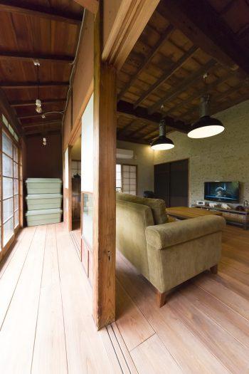 縁側もそのまま残した。床は杉板にチェリー色のオイルを塗装。壁も赤茶系の色に。「縁側の土壁は藁を入れ、居間側には入れずに、表情の違いを楽しんでいます」。年代物の手漉きガラスが美しい。