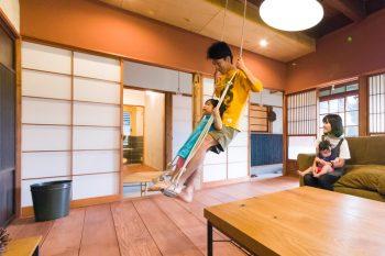お父さんが作ってくれたブランコで遊ぶのが波南ちゃんは大好き。梨沙さんに抱っこされた次女の波瑠ちゃんは生後7ヶ月。