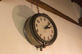 フランスのBRILLIEのアンティーク。「ムーブメントは電池式に変えてありますが、時計自体が重いので電池交換が大変です(笑)」