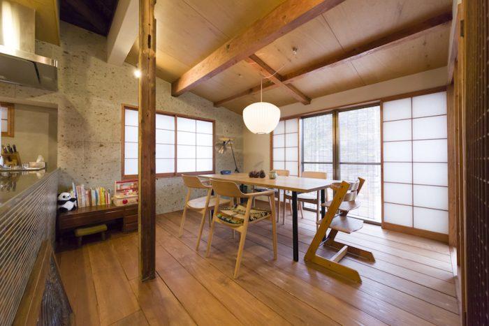 ダイニングテーブルとチェアはマルニ木工のもの。「チェアの張地はペンドルトンを選びました」。天井はラワン合板を使用。